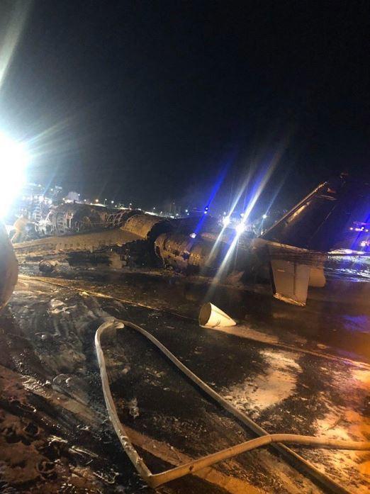 一架載有8人的小型飛機當地時間29日晚在菲律賓首都馬尼拉機場起飛後,墜毀在機場附近,機上8人全數罹難。圖/取自推特