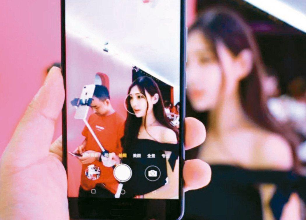 蔡阿嘎是台灣元老級youtuber,他在頻道上發布一系列台語影片,日前還獲得教育...
