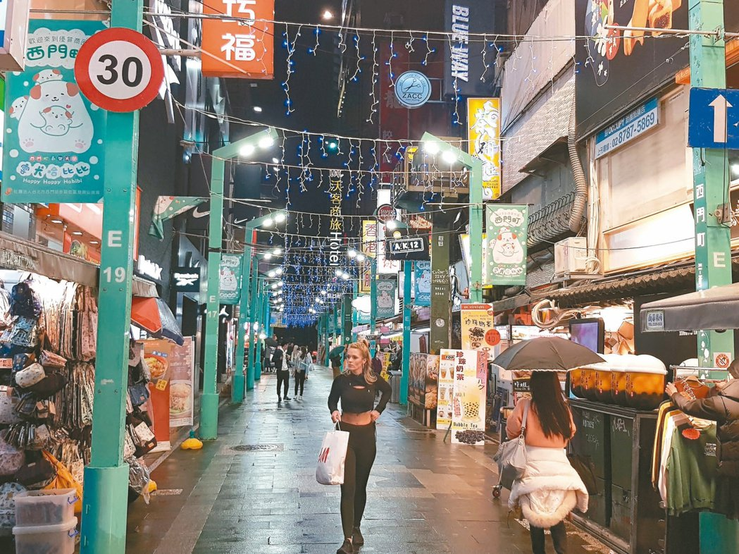 受新冠肺炎疫情影響,北市商圈的觀光人潮減少,西門町都有知名店家用餐時段排隊人潮變...