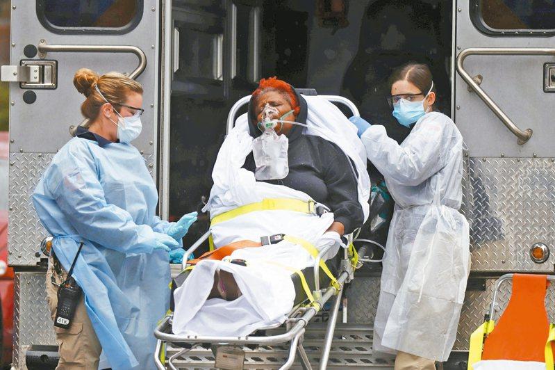 美國疫情震央紐約 紐約市為全美新冠肺炎重災區,911緊急醫療體系面臨沉重壓力。圖為急救人員送病患到急診室。 路透