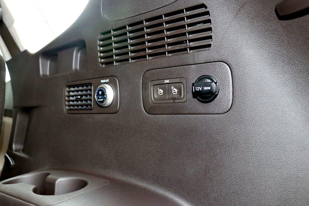 第三排座椅有專屬的空調系統及杯架設計,另外也提供「Easy-Touch第二排快速...