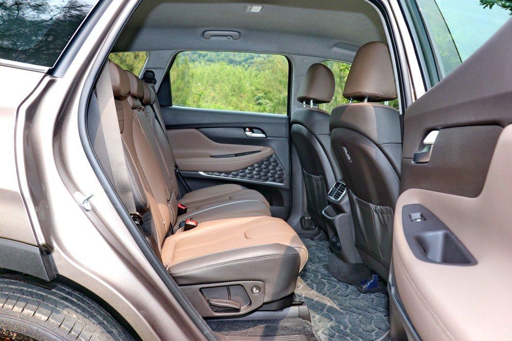 第二排座椅可以調整椅背傾斜度並前後滑移。 記者陳威任/攝影