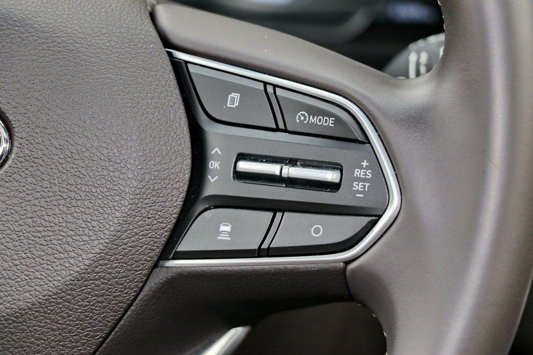 方向盤右邊操控鍵提供SCC智慧型主動車距維持系統(附Stop&Go)等主動安全科...