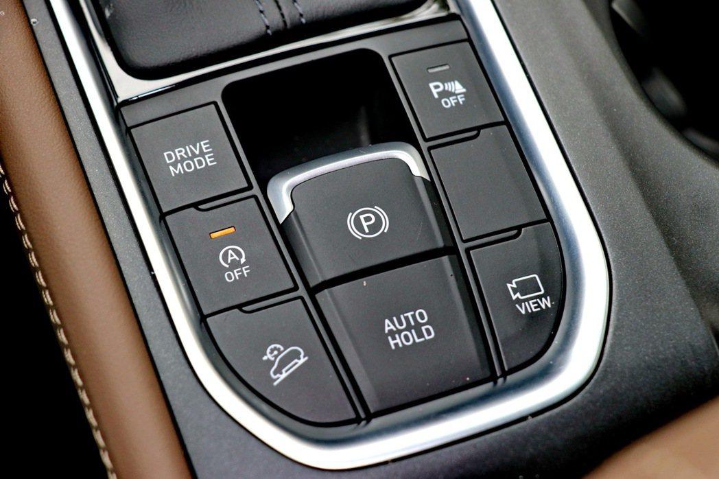中控台鞍座有多元化的控制鍵。 記者陳威任/攝影