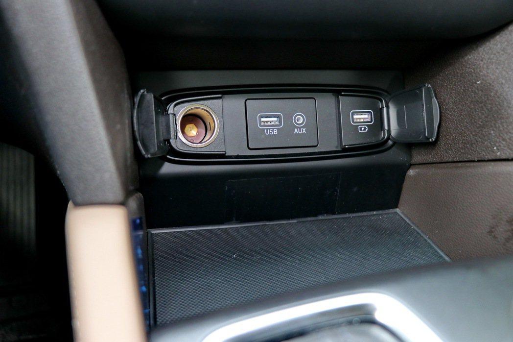 中控台下方有置物空間、12V、兩組USB與一組AUX-IN,但少了目前常見的無線...