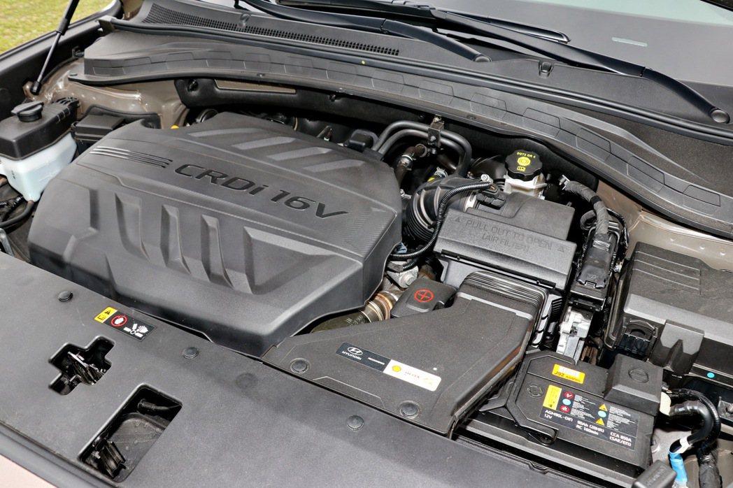 柴油車款搭載2.2升四缸柴油渦輪增壓引擎,擁有200ps及44.9kgm的動力輸...