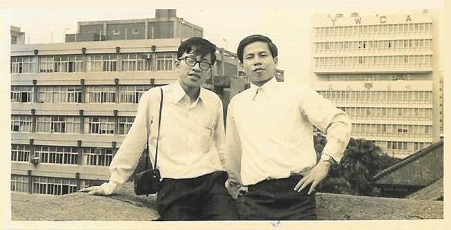 許金川就讀台大醫學系時,與大學同學合影。 圖/取自50+(Fifty Plus)