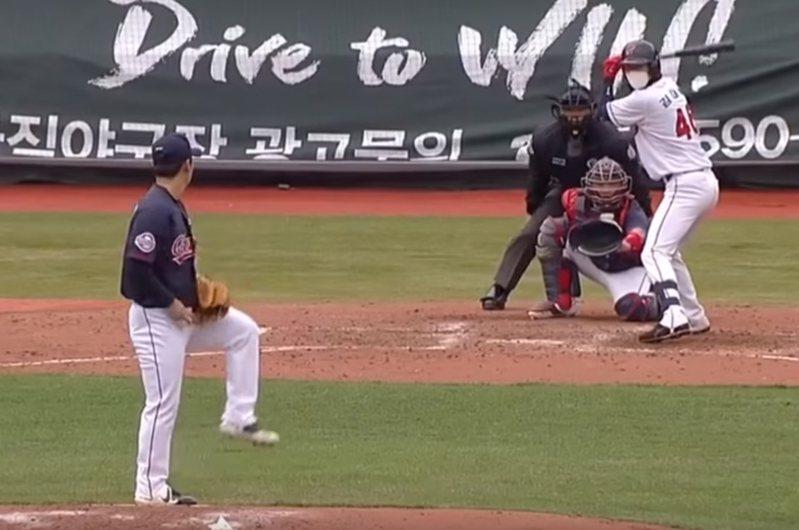 南韓職棒樂天巨人自辦分組比賽,場上球員戴著口罩上場,形成有趣畫面。 圖/翻攝自Youtube