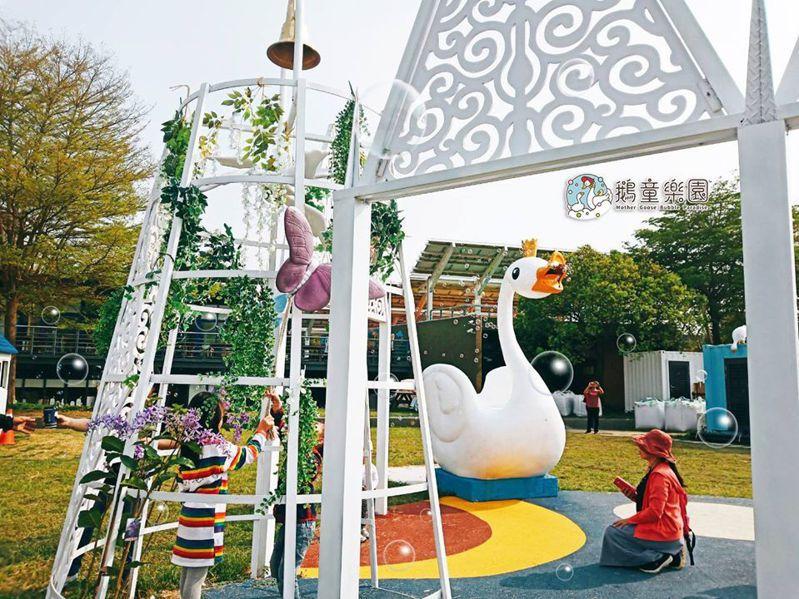 樂園大門口的兩隻鵝,只要經過就會自動感應產生泡泡。圖/FB「鵝媽媽 鵝童樂園」