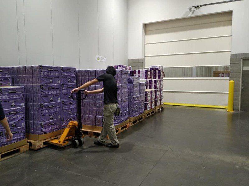 一名網友PO文提到,昨天他去住家附近的好市多購物時,看到貨架上還有滿滿的衛生紙。圖擷自Costco好市多商品經驗老實說