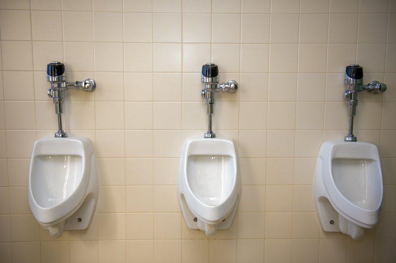 一名網友PO文提到,他到朋友家借對方的廁所使用時,赫然發現有「小便斗」的設計,這讓他感到相當不可思議,但朋友卻認為這「很正常」。示意圖/ingimage