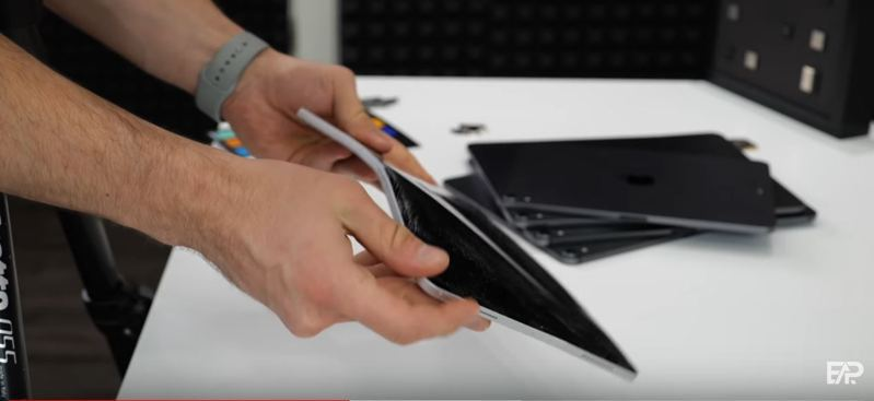 YouTube頻道「EverythingApplePro」對自己訂購的11吋iPad Pro 2020進行機身強度測試,結果竟然徒手就可以輕易拗彎。圖/EverythingApplePro