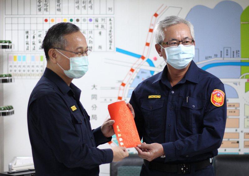 警政署長陳家欽(左)頒發加菜金。記者李隆揆/攝影