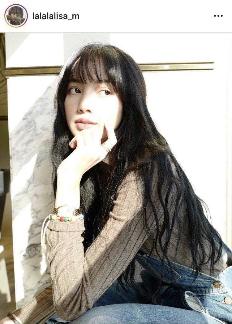 當紅韓團BLACKPINK成員Lisa,在生日當天po文中配戴寶格麗Serpen...