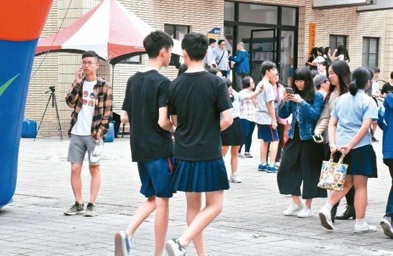 教育部提出新版「學生服裝儀容之原則」,再度引發學生服儀爭議。家長團體認為,目前小學、大學多沒有硬性學生穿「制服」,國高中階段也應回歸教育本質,教導學生正確的服裝禮儀,不至於發生學生穿夾腳拖上學的情況。報系資料照