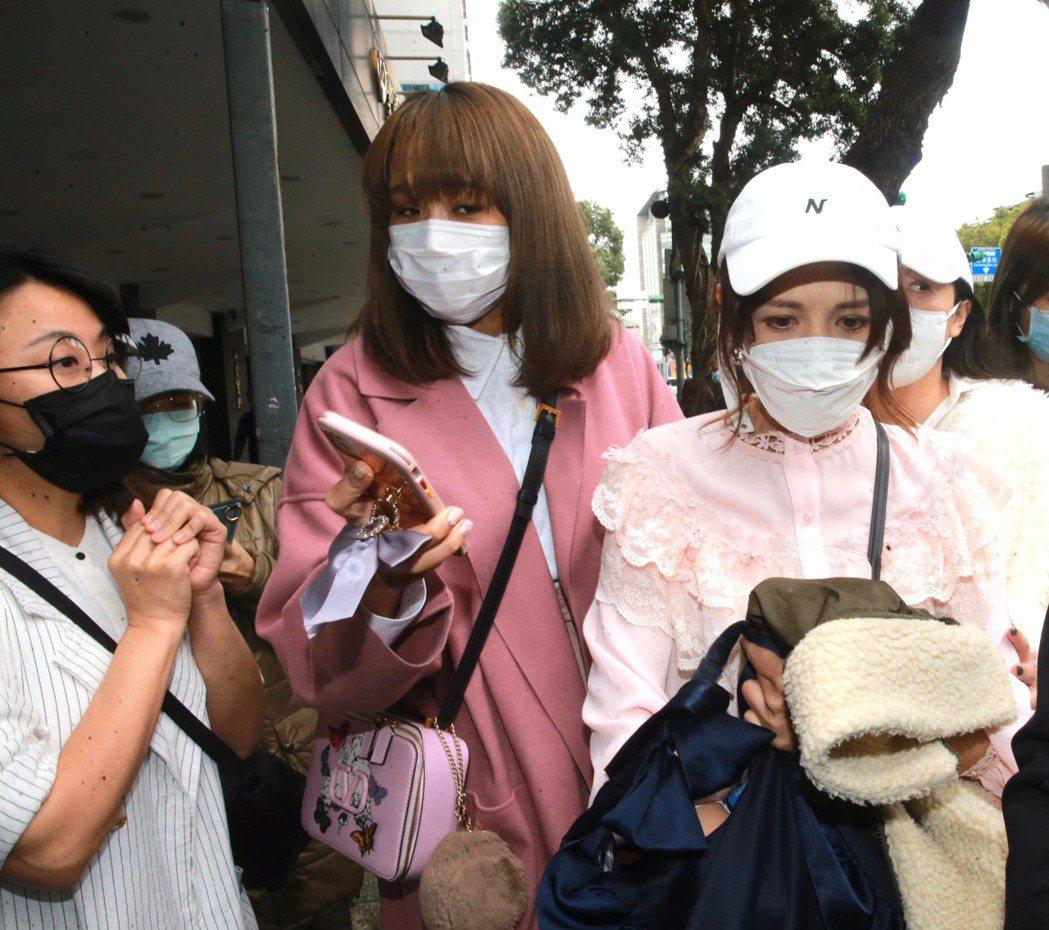 林葉亭(右)穿粉紅上衣,海芬(左)穿白色,中間為「女人我最大」製作人。記者黃義書...