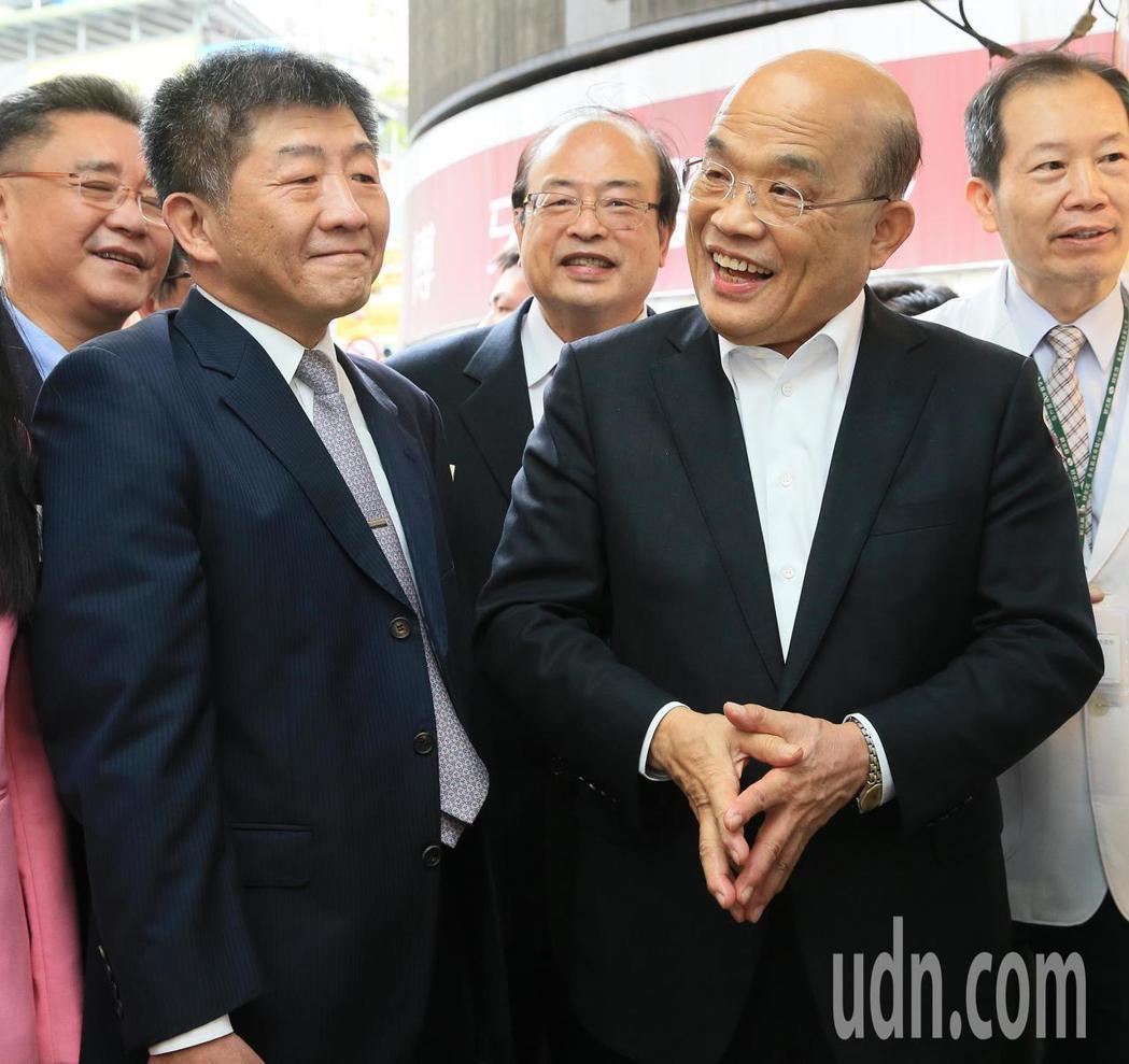 行政院長蘇貞昌(右)上午到一家藥局參訪並加油打氣,當媒體問到內政部長與警政署長的...