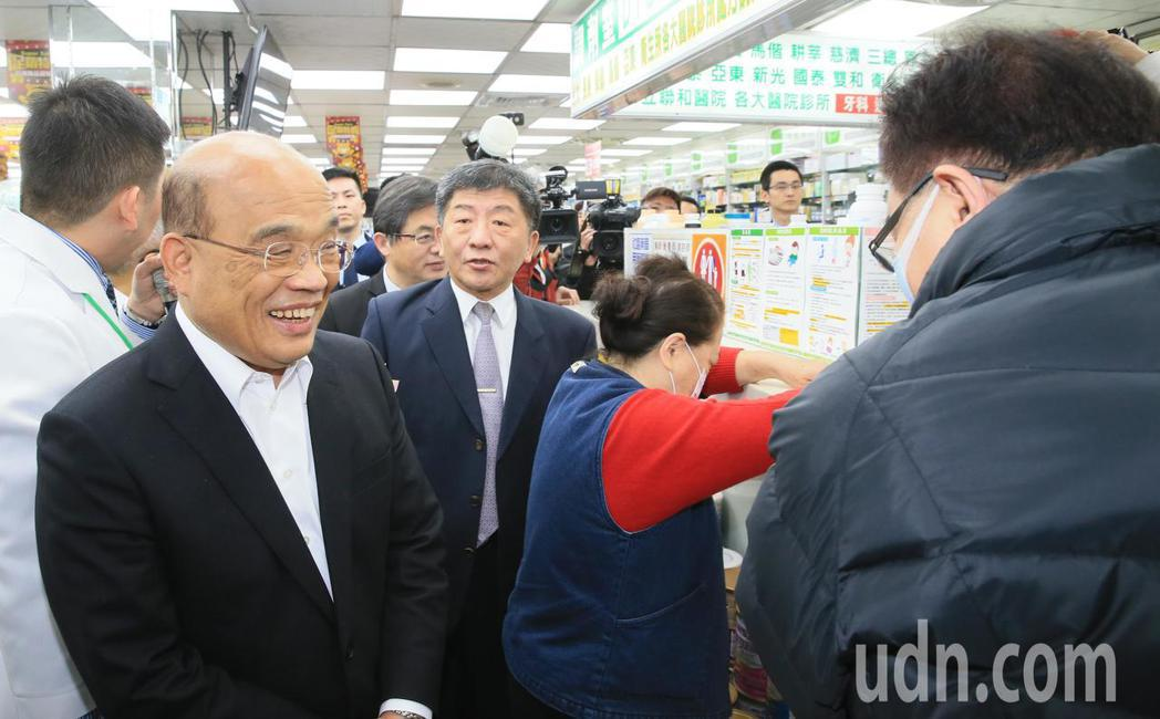 行政院長蘇貞昌(左)上午到一家藥局參訪並加油打氣。記者潘俊宏/攝影
