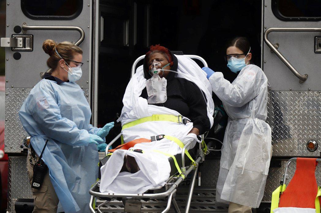 通報顯示,其中法籍華人夫婦吃了退燒藥瞞報症狀登機,此外同機另有5名乘客發燒,最後...