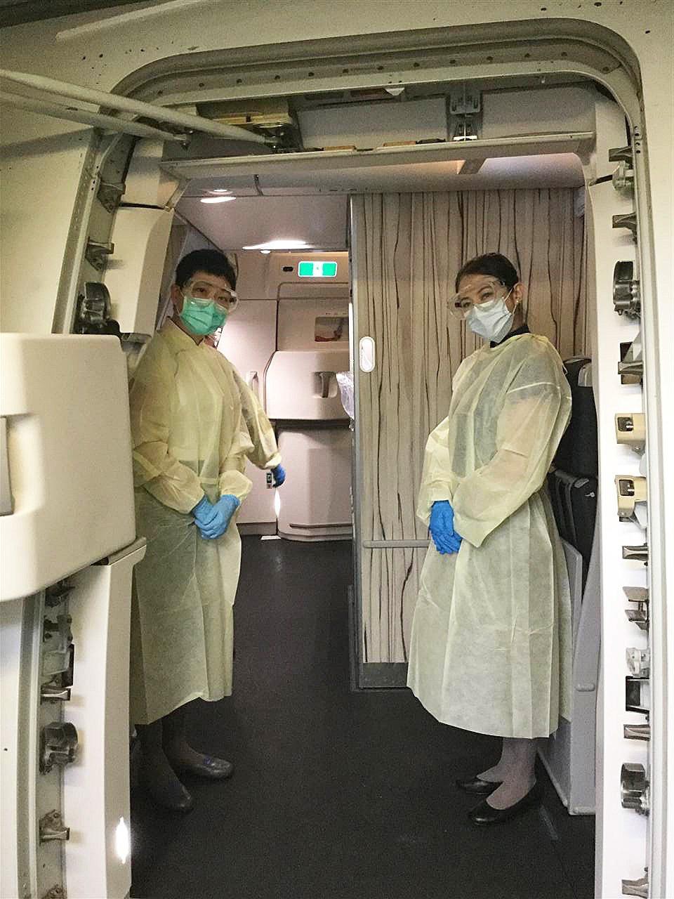 華航率先自28日起晚長程航班,發給所有客艙組員隔離衣、護目鏡、醫療手套及醫療口罩...