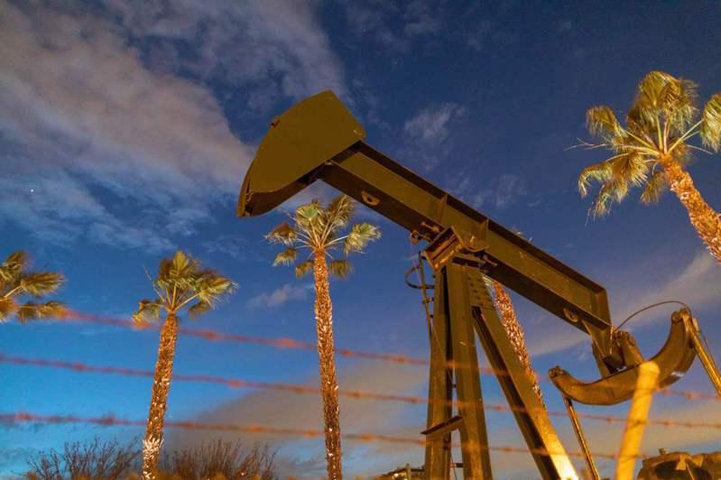美國實體油市已出現原油價格變負數的現象,生產商為擺脫產出、不必支付倉儲,必須貼錢付費,請買家把油運走。法新社