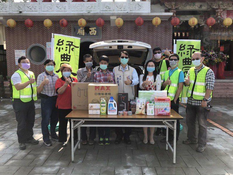 關懷台南左鎮弱勢學子,綠農電科贈桌椅等物質。圖/綠農電科提供