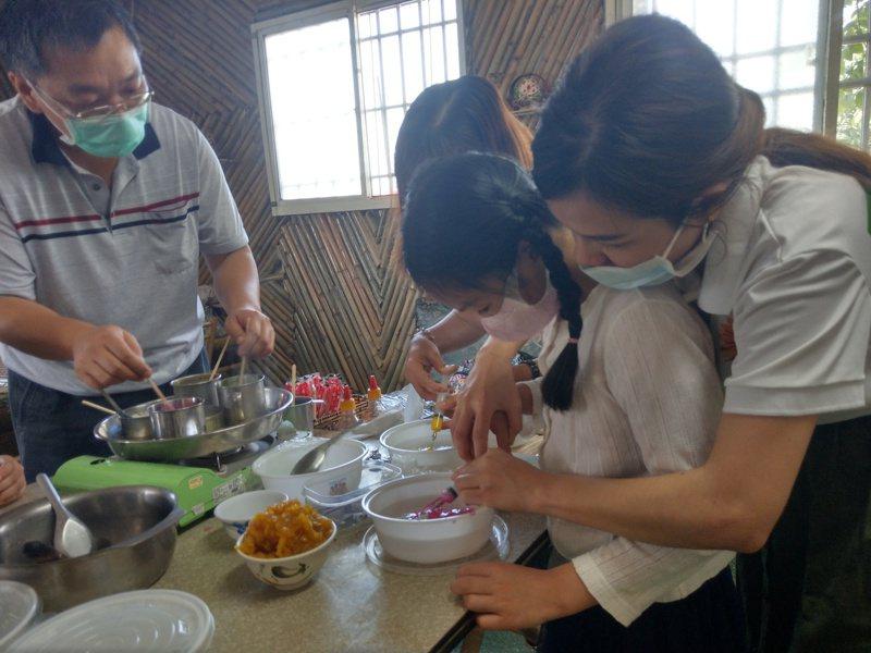 大手牽小手製作果凍花,台南新住民在兒童節前夕親子同樂。圖/移民署南區事務大隊台南市第二服務站提供