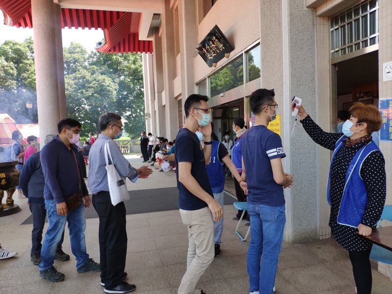 趕在清明前,台南善化納骨堂今湧入不少人祭拜,多數人配合量額溫。記者謝進盛/攝影