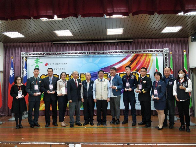 慶祝3月29日青年節,台南市救國團今天在東區德光里活動中心表揚優秀青年。圖/台南市救國團提供
