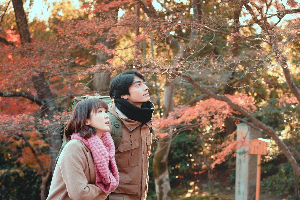 孫可芳(左)、宋柏緯為「若是一個人」到京都取景。圖/華視提供