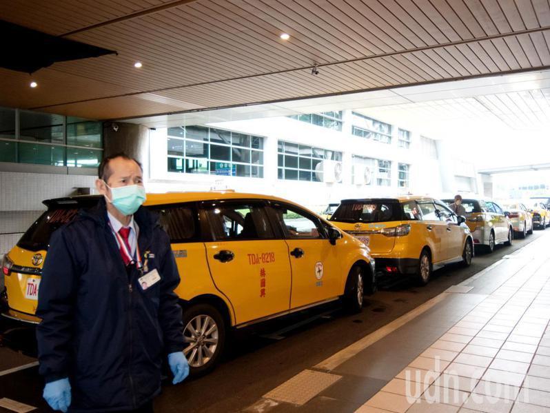 桃園市防疫計程車隊成立上路,運用機場防疫計程車400輛車隊,24小時服務桃園市居家隔離、檢疫者就醫、返家需求。記者曾增勳/翻攝