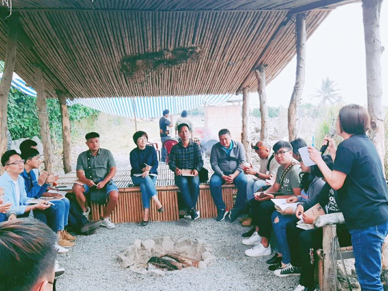 台東縣長饒慶鈴(左四)今下鄉與南迴地區部落青年座談,聽取部落青年建言。記者羅紹平/攝影
