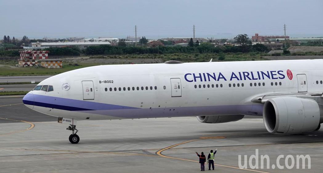 由華航執飛的類包機下午起飛,地勤人員目送班機離去,這架班機晚上將搭載第三批湖北省...