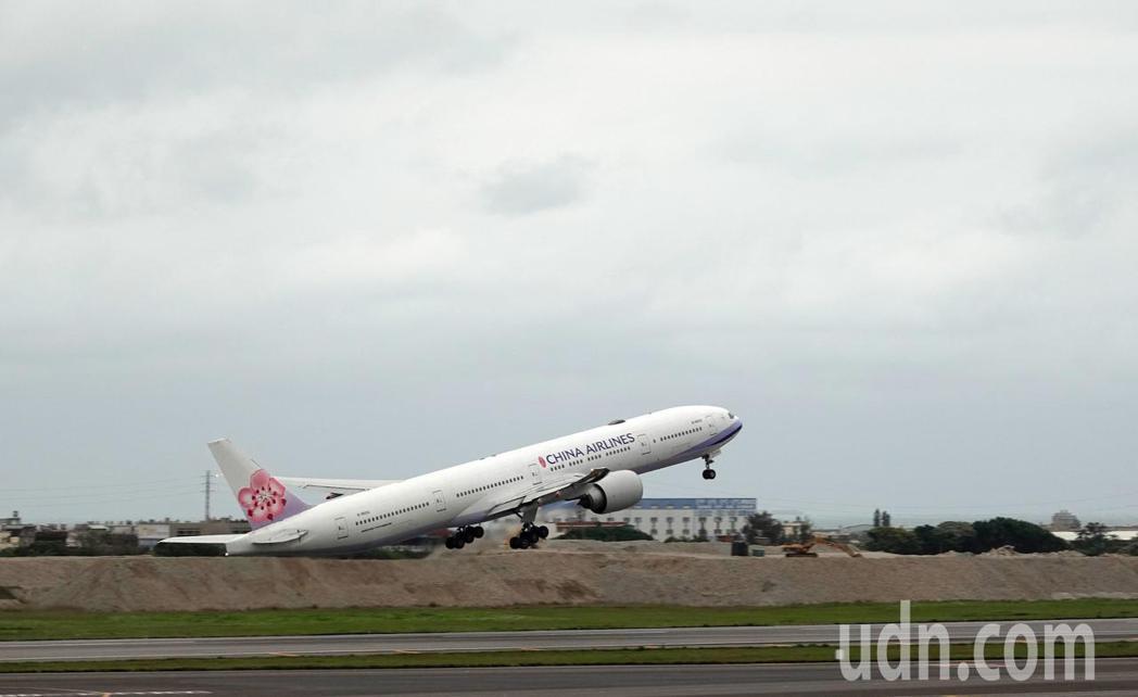 由華航執飛的類包機下午起飛,晚上將搭載第三批湖北省台商回台。記者鄭超文攝影