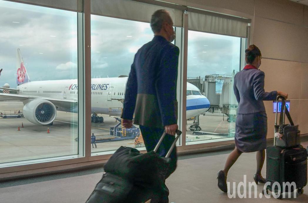 由華航執飛的類包機下午起飛,起飛前有14位機組員上機。記者鄭超文/攝影