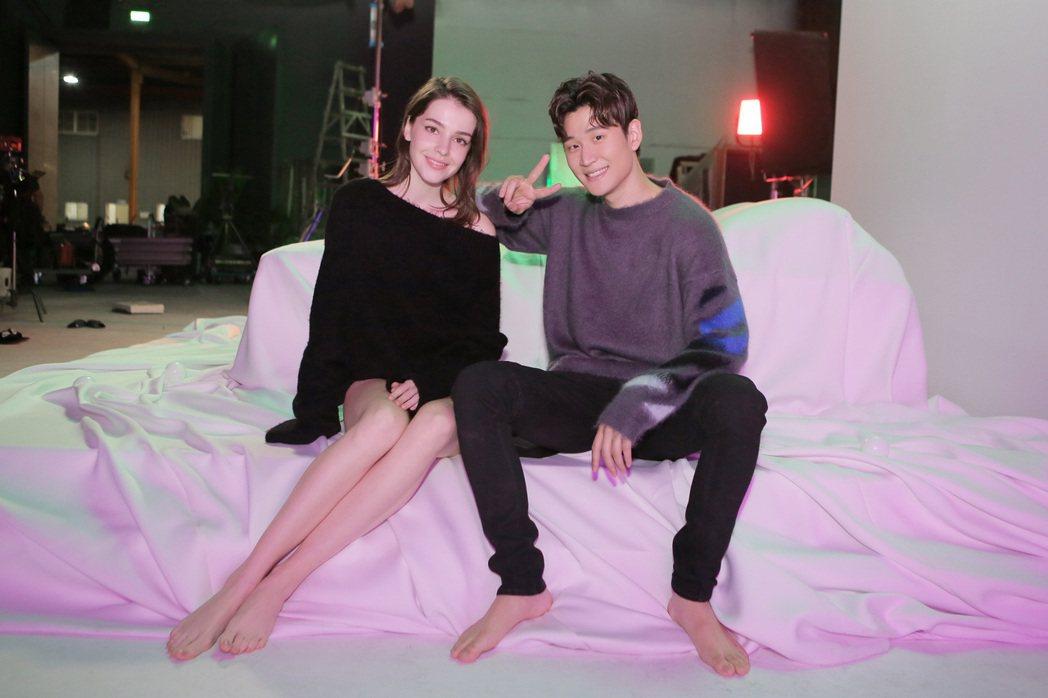 周興哲(右)在MV中與年僅19歲的俄羅斯女模合作。圖/星空飛騰提供