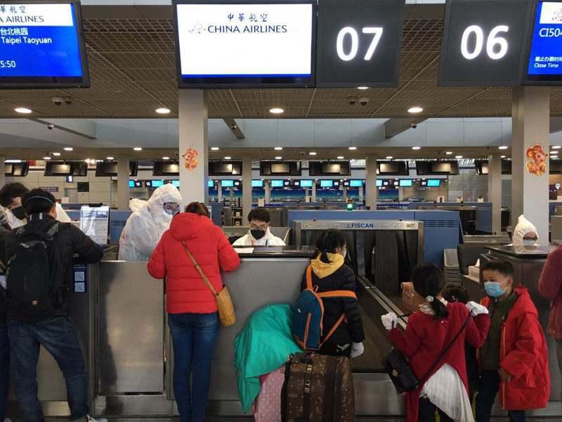 150多名滯留湖北的台灣民眾,28日風雨兼程奔行千里,從湖北各地趕來上海浦東國際機場,準備搭乘「類包機」返台。特派記者林則宏/攝影