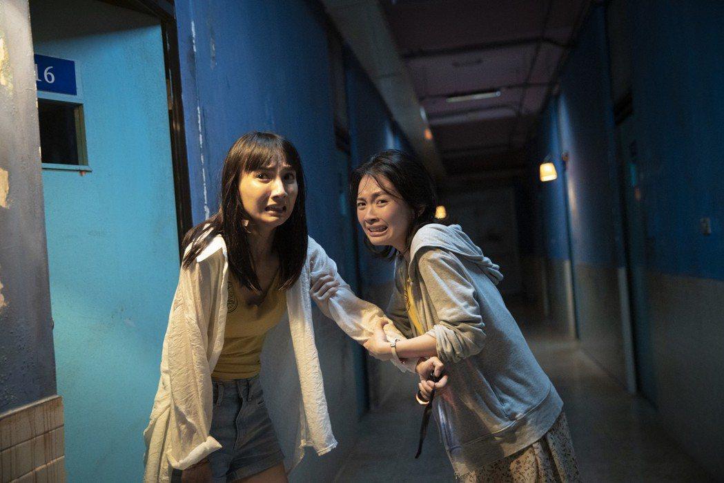 張寗(左)、詹宛儒(右)在片中飾演被嚇破膽的閨蜜。圖/傳影提供