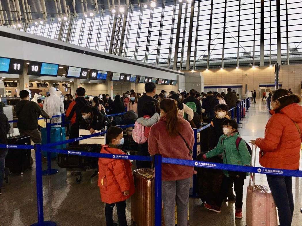 華航29日首班「類包機」,搭載153名滯留湖北的國人返台。特派記者林則宏/攝影