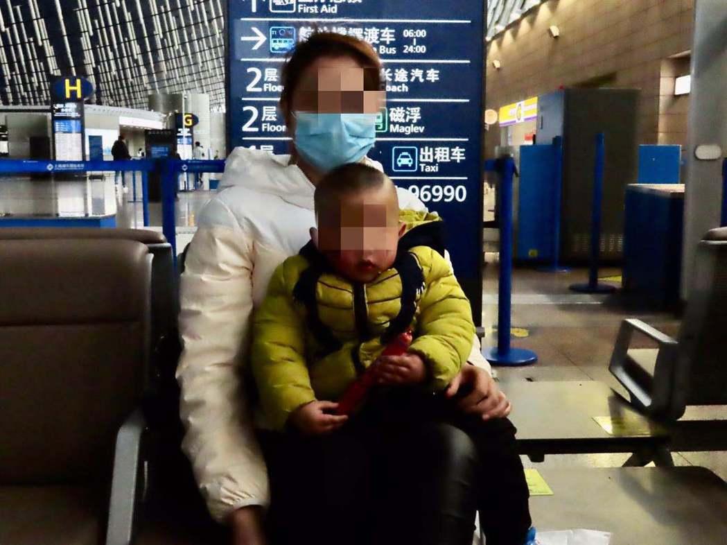 目前滯留在湖北的台灣民眾,仍有不少孩童和年長者。圖中這名陸配,就帶著年幼的孩子準...