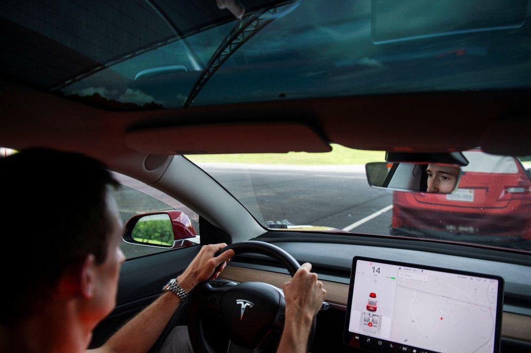 美國愈來愈多州對電動車車主收特別費,甚至收得比燃油車車主繳的燃料稅還高,引發抨擊...