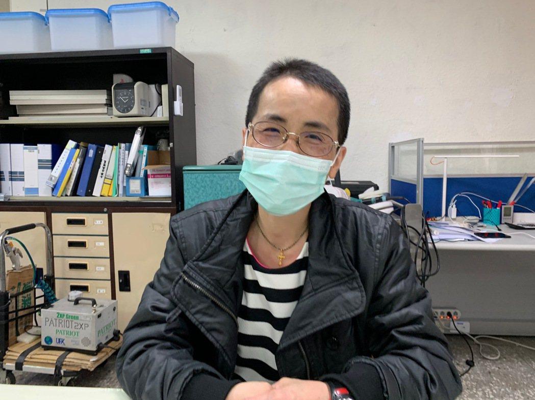 52歲的姜雪梅為了清潔工作,把原本及肩的短髮剃成五分頭。記者陳雨鑫/攝影