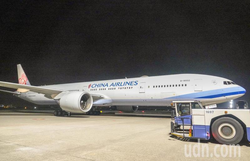 首班政府主導的「類包機」深夜抵達桃園機場,班機滑行停放在602接駁機坪。記者鄭超文/攝影