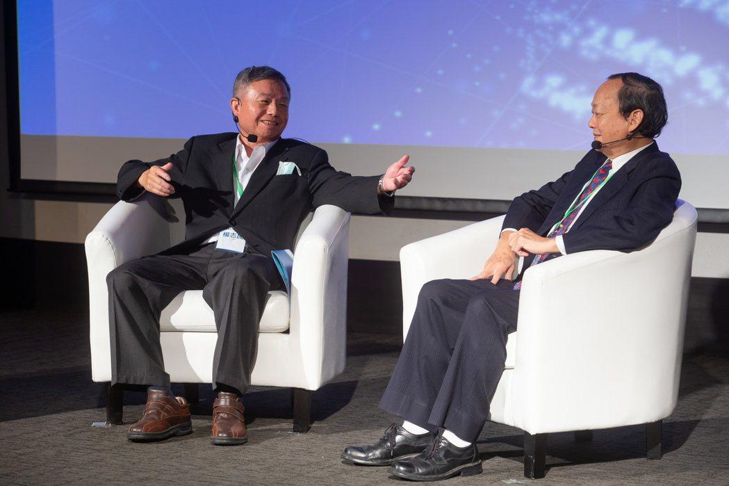 2020精準防癌高峰論壇昨天上午在台大集思國際會議廳舉行,前衛生署長楊志良(左)...