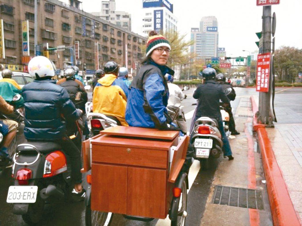 吳則霖研究所時期自己改造三輪車上街賣咖啡。 圖/吳則霖提供