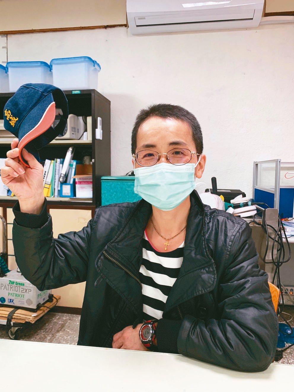 姜雪梅因為穿全套防護衣清潔實在太熱,把及肩長髮剃成五分頭。 記者陳雨鑫/攝影