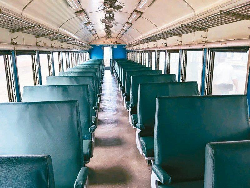 藍皮普快列車沒冷氣、只有電風扇,車門還要自己開。 圖/聯合報系資料照片