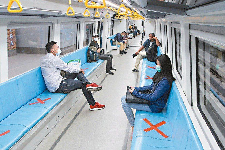 圖為印尼捷運措施,用以保持乘客社交距離防疫。 (法新社)