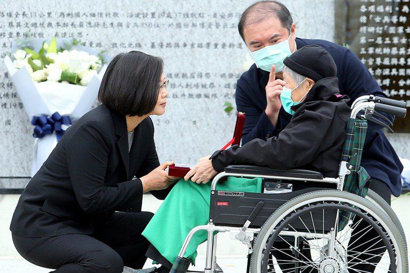蔡總統(左)昨出席「0102殉職將士紀念專區」啟用典禮,並致贈緬懷紀念品給沈一鳴母親(右)等殉職將士家屬。記者余承翰/攝影