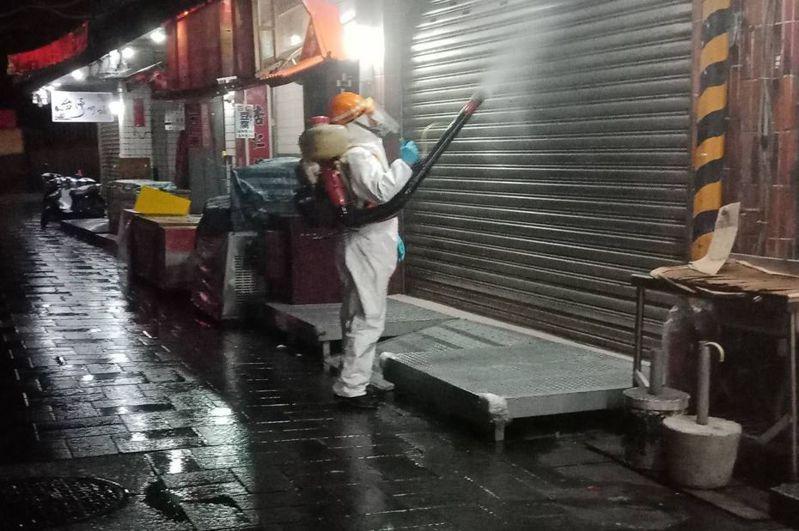 案268確診患者一個月前曾去過金山老街,新北市府昨晚封街消毒。圖/新北環保局提供